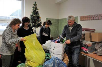 Zamestnanci zvolenskej nemocnice vyzbierali šatstvo pre miestne komunitné centrum